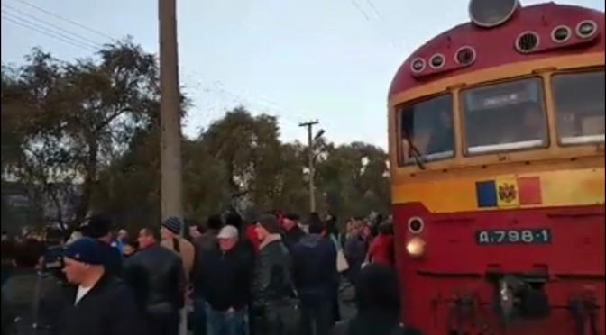 Protest // Călătorii vor bloca repetat calea ferată