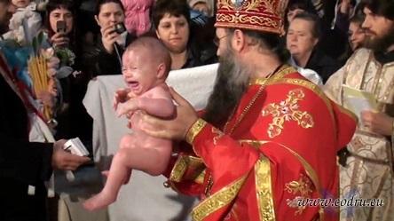 """Preotul nu-i împărtășește copilul botezat în altă biserică și cu nume """"catolic"""""""