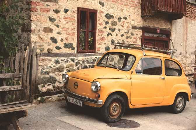 Au fost plătiți să introducă mașini în Ucraina, acum au probleme