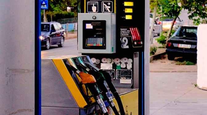 Benzinărie fără angajaţi, pui singur/ă combustibil şi plăteşti la aparat