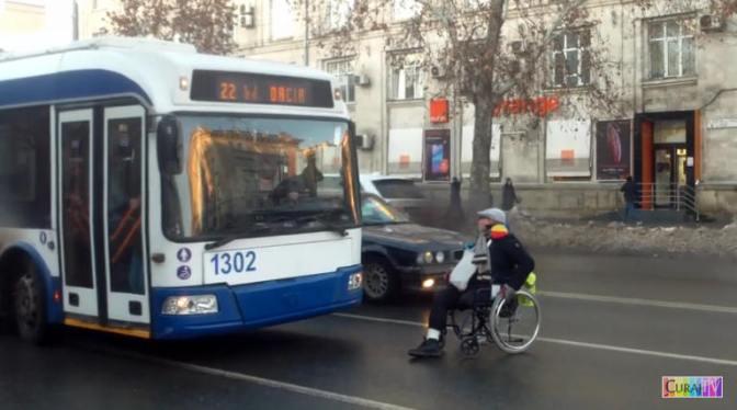 Zice că va bloca transportul public cît timp are poarta întroienită