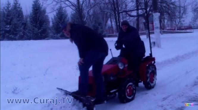 Periculos! Curăţă zăpada cu agregat inadecvat