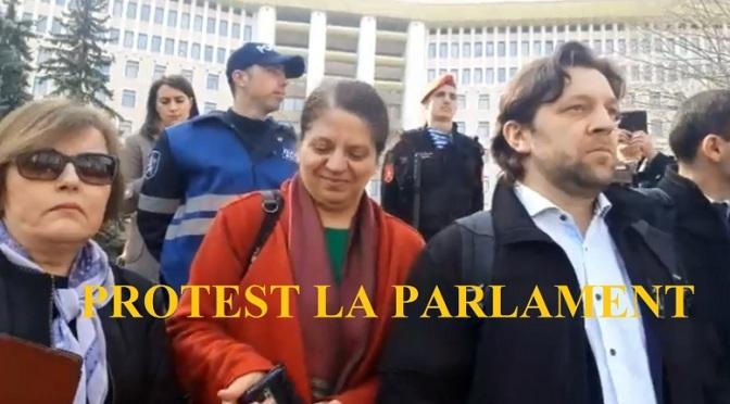 Protest la Parlament înaintea ședinței de constituire