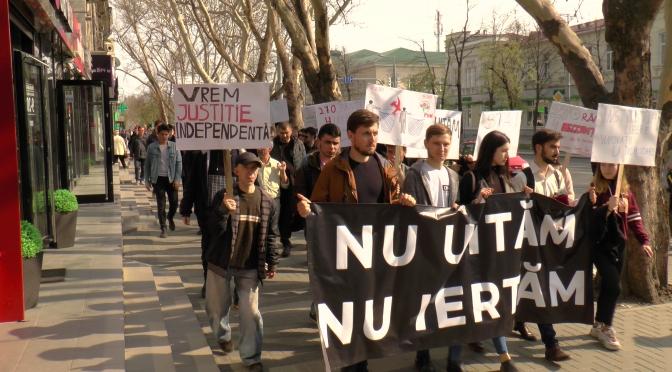 """""""Nu uităm, nu iertăm"""": Marș al tăcerii în capitală pentru comemorarea victimelor din 7 aprilie 2009"""