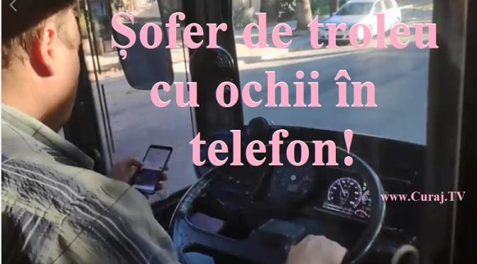 Șofer de troleu, cu ochii în telefon la volan!