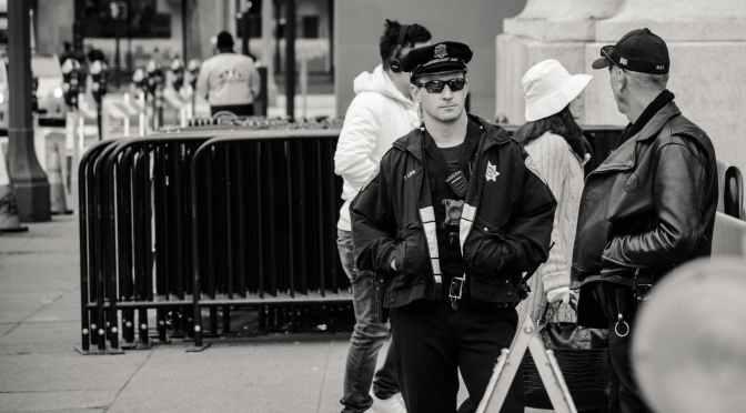 Paznici la MegaMall interzic filmarea pe stradă